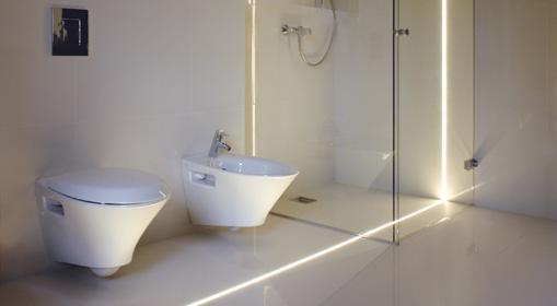 Oświetlenie led w fugach w nowoczesnej łazience